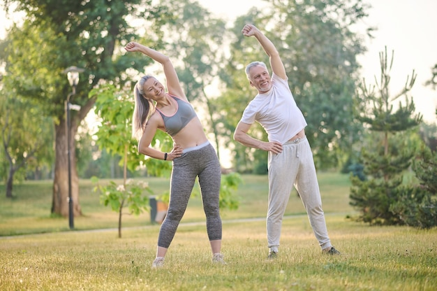 Ein älteres paar trainiert im park