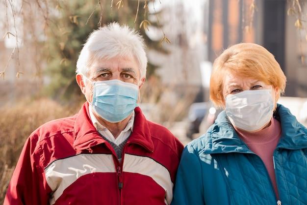 Ein älteres paar von menschen in schutzmasken