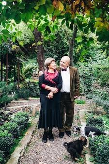 Ein älteres verliebtes ehepaar, das sein ganzes leben zusammen gelebt hat
