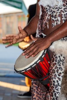 Ein afrikanischer schlagzeuger spielt die djembe