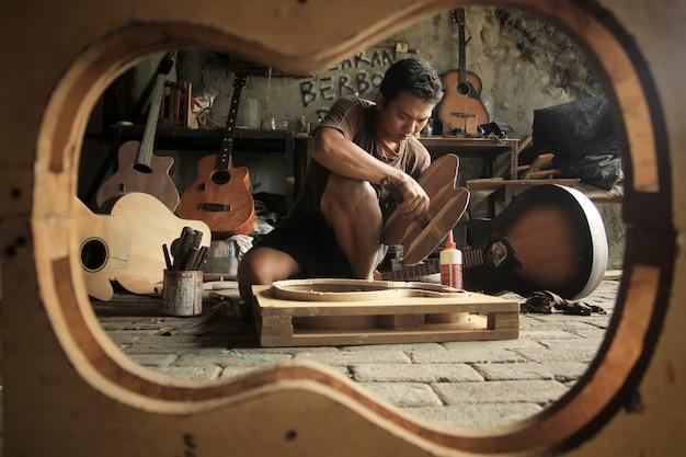 Ein akustischer gitarrenbauer