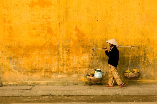 Ein alter bauer auf der straße von vietnam