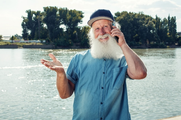Ein alter mann telefoniert