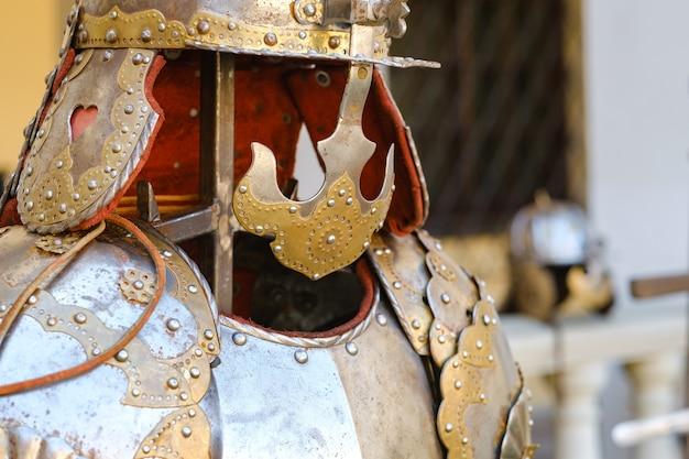 Ein alter ritterhelm mit rüstung. ein mittelalterliches konzept