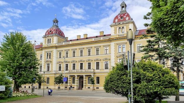 Ein altes gebäude in cluj-napoca, rumänien