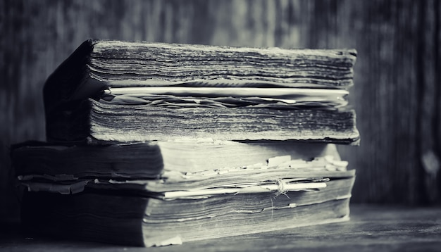 Ein altes retro-buch auf dem tisch. eine enzyklopädie der vergangenheit auf einer alten holzarbeitsplatte. ein altes buch aus der biobiotik, ein folio, eine konstitution, eine bibel.