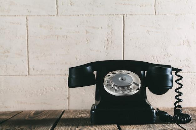 Ein altes telefon auf dem holz