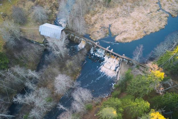 Ein altes verlassenes finnisches wasserkraftwerk am volchya-fluss im varyamyanselka-grat. luftaufnahme