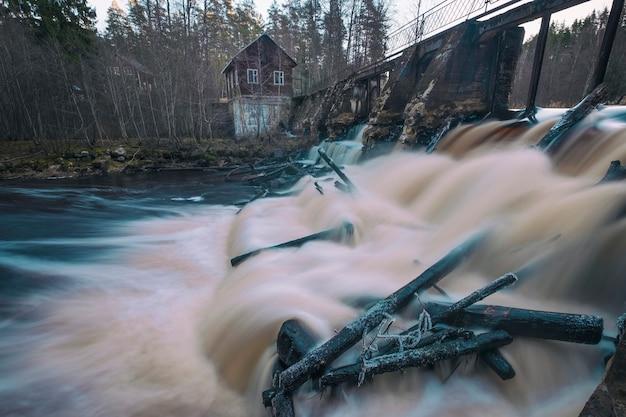 Ein altes verlassenes finnisches wasserkraftwerk am volchya-fluss im varyamyanselka-grat.
