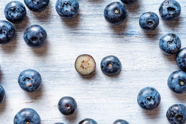 Ein anderes konzept sein. gegen den strich gehen oder sich stromaufwärts bewegen. minimal. gesundes lebensmittelkonzept. sommerfrucht. blaubeermuster flach legen. speicherplatz kopieren. kreatives layout. isometrisch. vitamine für das sehen