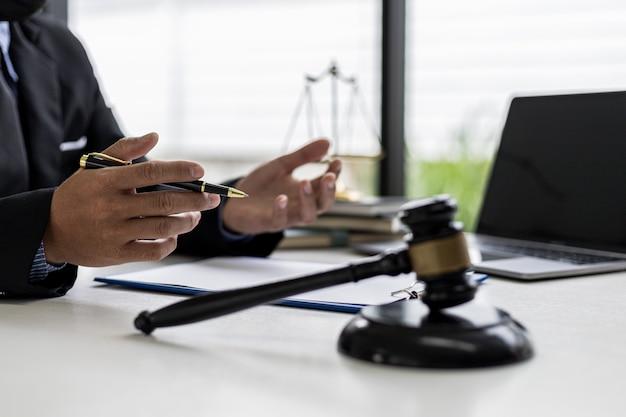 Ein anwalt, der seinem mandanten die einzelheiten des falles und das gesetz erläuterte, um die klage zu bekämpfen, konsultierte einen anwalt für betrug. konzept der prozessberatung von rechtsexperten.