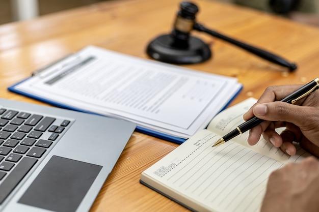 Ein anwalt sucht informationen zu einem betrugsfall, um ihn in einer klage vor gericht zu bringen, aus der ein mandant eine klage gegen einen mitarbeiter eines betrügerischen unternehmens eingereicht hat. konzept zur betrugsbekämpfung
