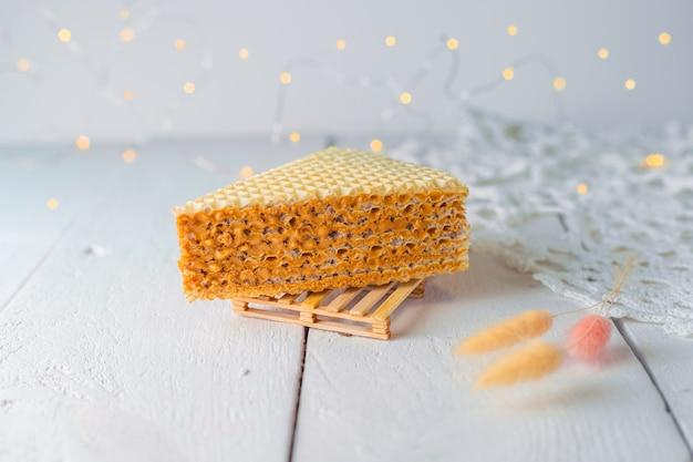 Ein appetitliches stück waffelkuchen mit kondensmilch. nahaufnahme. bäckerei food fotografie.