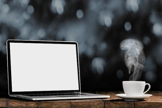 Ein arbeitsplatz mit laptop und kaffee
