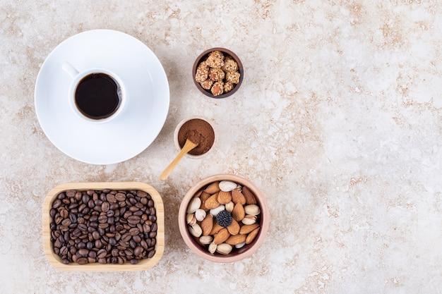 Ein arrangement mit kaffee und verschiedenen nüssen