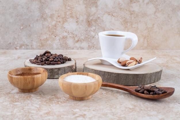 Ein arrangement mit kaffee, zucker und nüssen