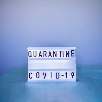 Ein arzt mit atemschutzmaske und medikamentenhandschuhen in der nähe der aufmerksamkeitsnotiz über coronavirus