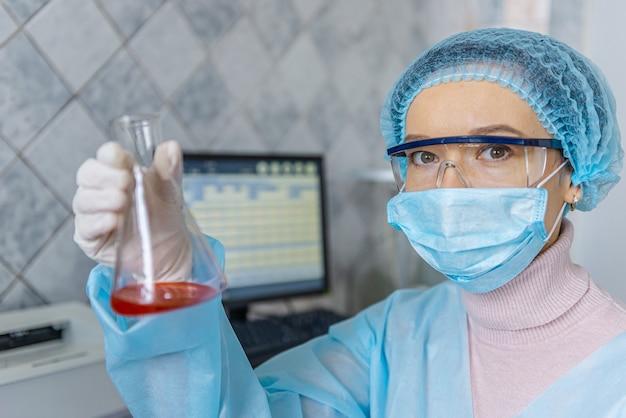 Ein arzt sucht in seinem labor nach einem coronavirus-impfstoff