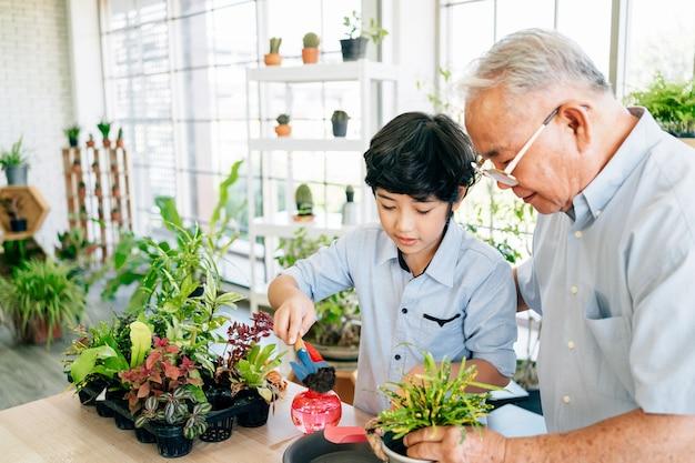 Ein asiatischer großvater im ruhestand und sein enkel verbringen viel zeit miteinander zu hause.