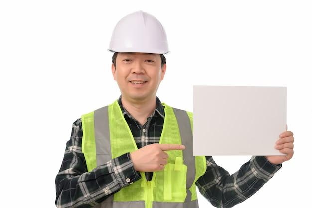 Ein asiatischer ingenieur, der ein leeres anschlagbrett hält.