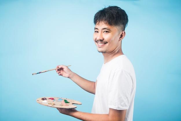 Ein asiatischer männlicher maler schafft