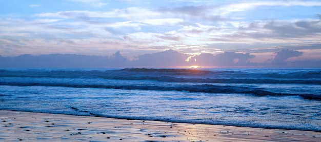 Ein atemberaubender sonnenuntergang am berühmtesten strand legzira.