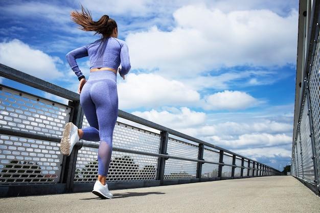 Ein athlet, der läuft und trainiert.