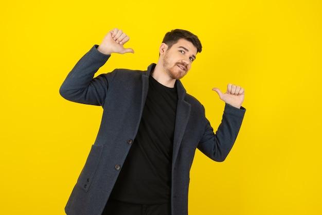 Ein attraktiver junger mann auf einem gelb.