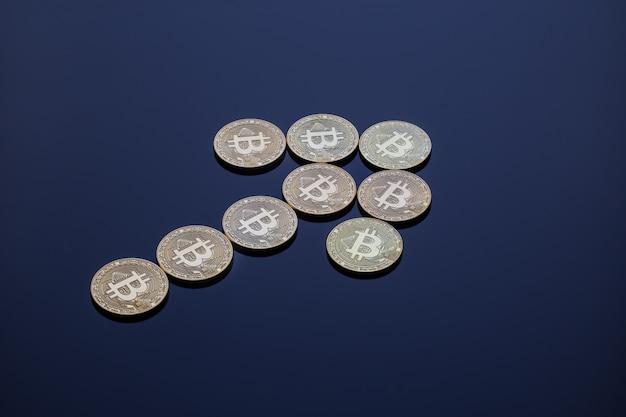 Ein aufsteigender pfeil bestehend aus bitcoins