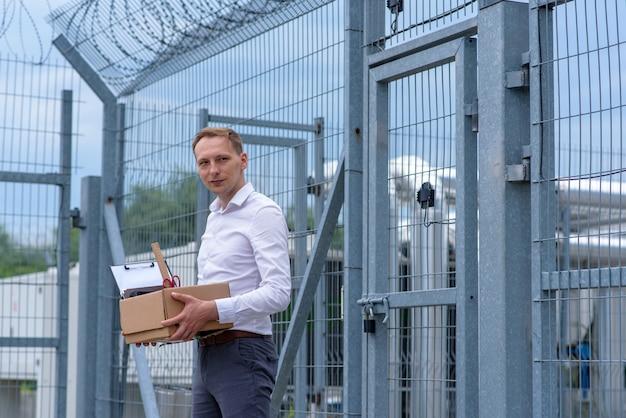 Ein aus dem gefängnis entlassener geschäftsmann überlegt, was er als nächstes tun soll.