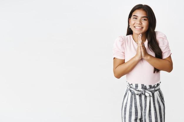 Ein ausdrucksstarkes junges mädchen in einem rosa t-shirt