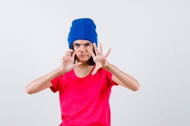 Ein ausdrucksstarkes junges mädchen posiert