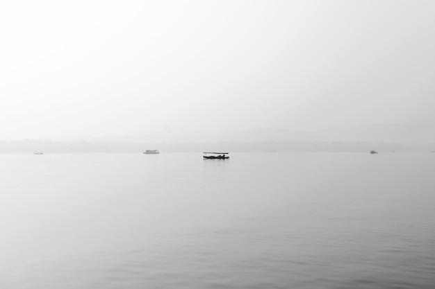 Ein ausflugsboot auf dem westsee, china