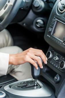 Ein auto fahren. nahaufnahme der frau in formaler kleidung, die auto fährt