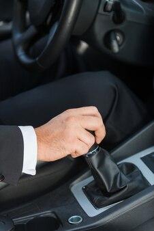 Ein auto fahren. nahaufnahme des mannes in formaler kleidung, die auto fährt