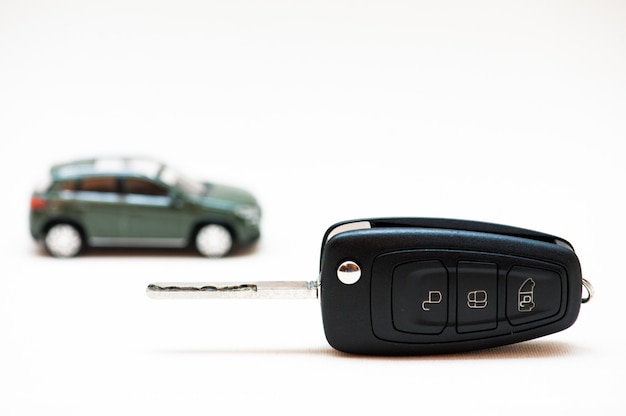 Ein auto verkaufen. der schlüssel, kleines auto