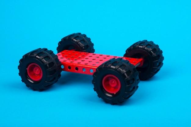 Ein auto, zusammengebaut von einem kinderdesigner