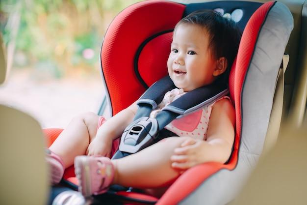Ein baby sitzt zur sicherheit im autositz