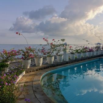 Ein balinesischer pool mit blick auf das bali-meer im dorf amed.