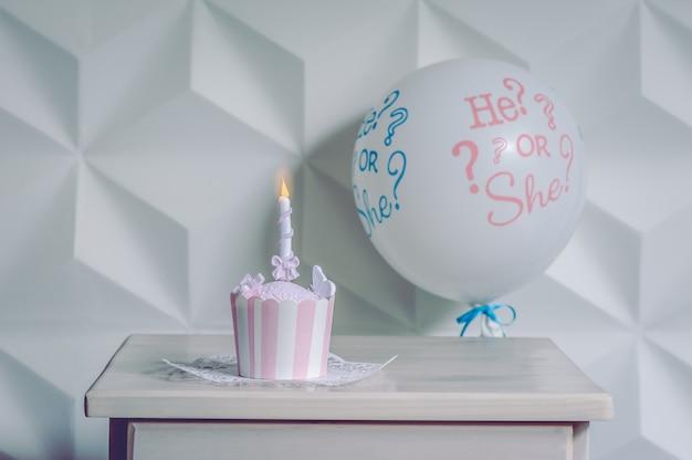 Ein ballon mit einem kleinen geburtstagskleinen kuchen.