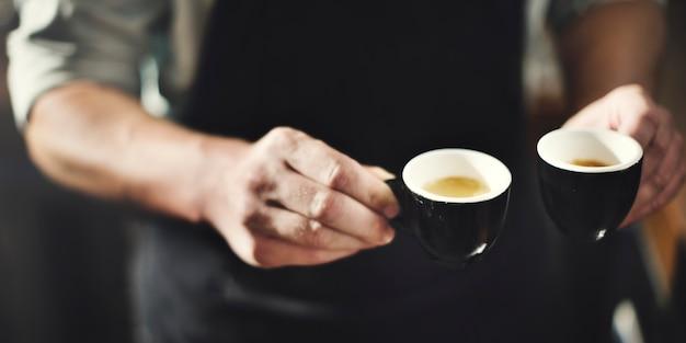 Ein barista mit aufnahmen von espresso