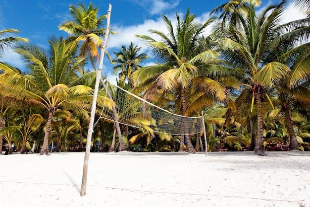 Ein beachvolleyballnetz an einem sonnigen tag in mexiko