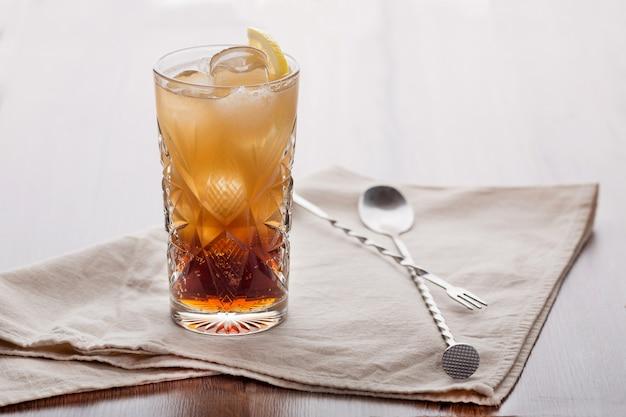 Ein belebendes getränk mit einer zitronenscheibe