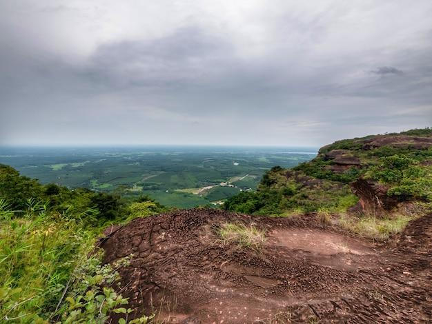 Ein berg blickt über eine rissige erdlandschaft.