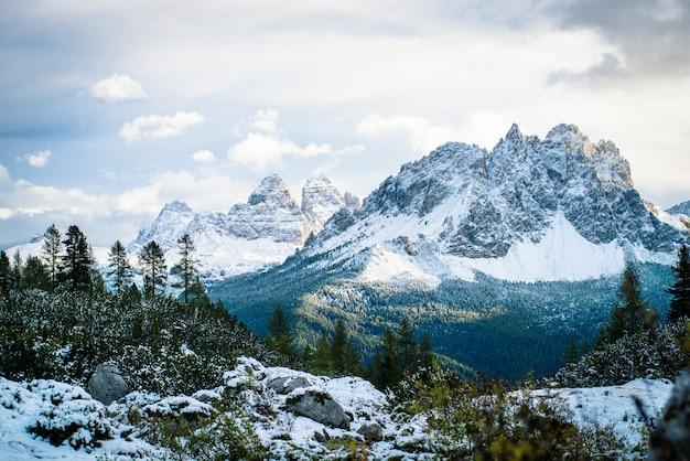 Ein berggipfel im winter, dolomiten, italien