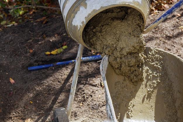 Ein betonmischer füllte die fertige lösung in einen eimer