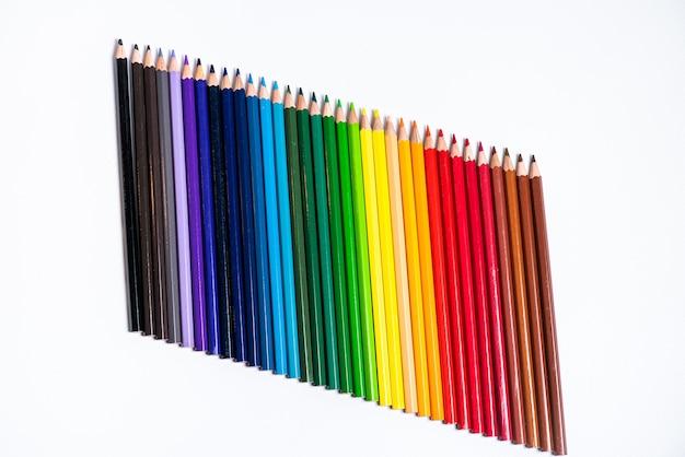 Ein bild des satzes von farbstiften.