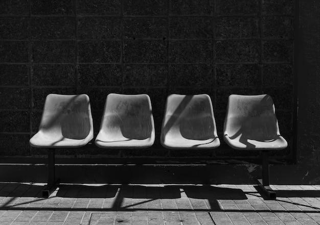 Ein bild des wartestuhls der bushaltestelle