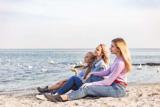 Ein bild einer gruppe frauen, die spaß am strand haben