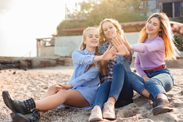 Ein bild einer gruppe von frauen, die spaß am strand haben